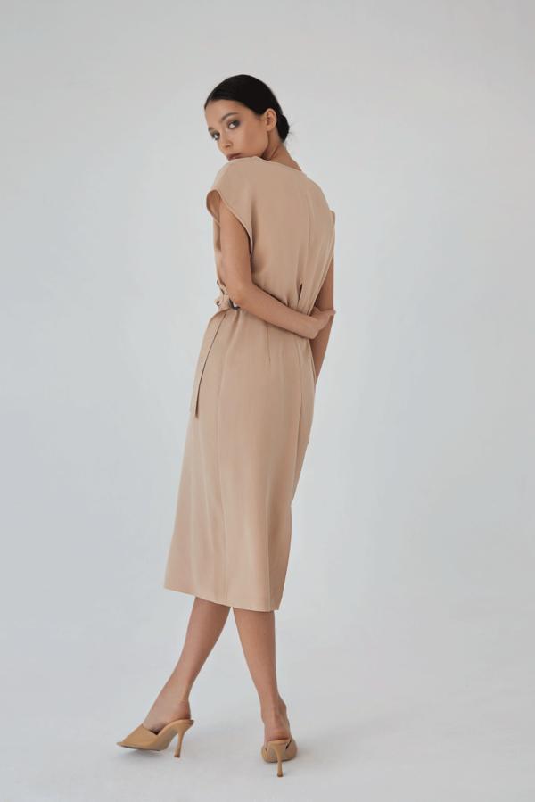Elegancka sukienka midi z klamra