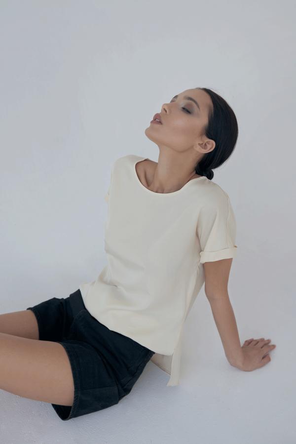 Elegancka beżowa koszulka z tencelu